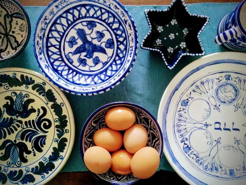 Eine Reihe von blauem Geschirr, teils mit hebräischen Schriftzeichen.