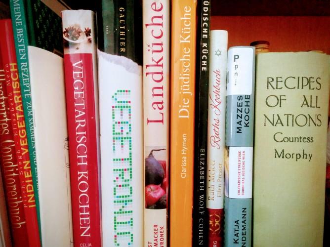 """Zeile von Kochbüchern, unter Anderem """"Die Jüdische Küche"""", """"Jüdische Küche"""", """"Ruths Kochbuch"""" und """"Mazzesinsel Kochbuch""""."""