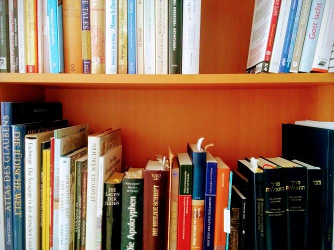 Regal mit zahlreichen Büchern mit jüdischen Themen sowie Gebetsbüchern.