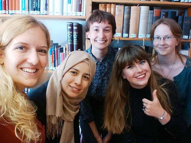 Fünf Frauen vor einer Bücherwand
